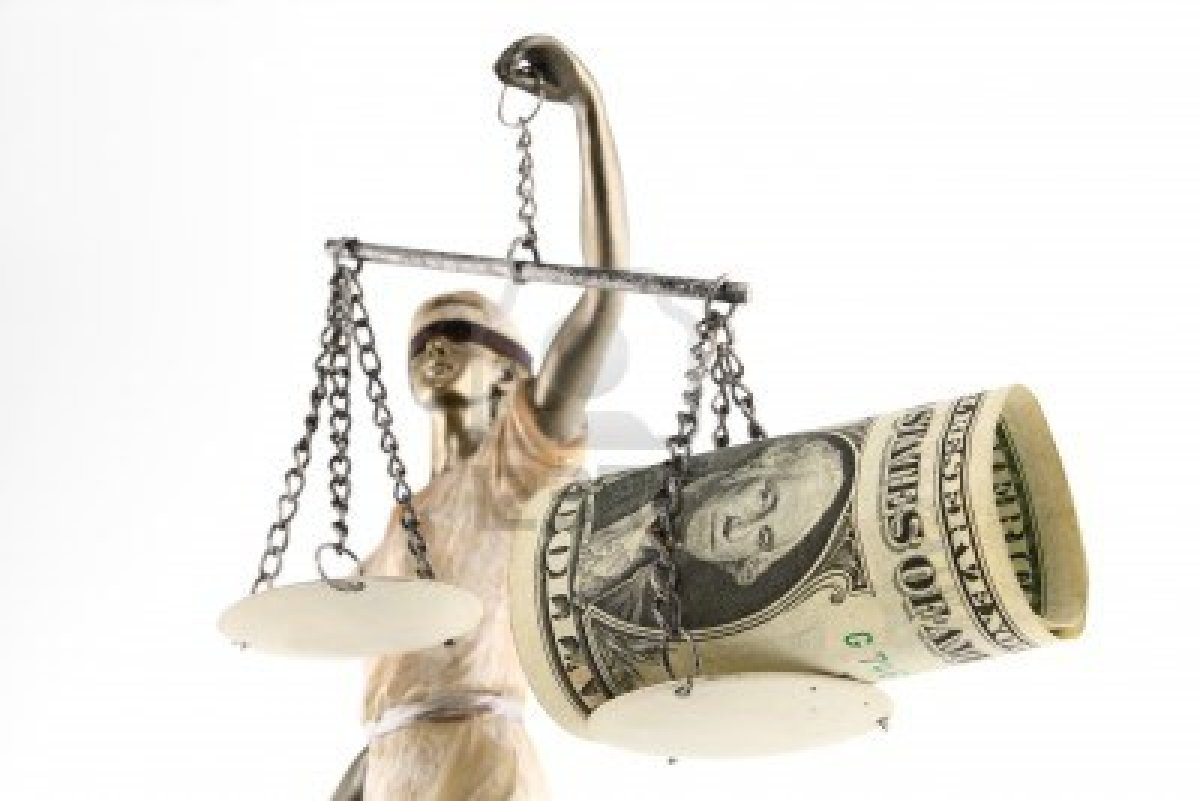 12584251-justicia-themis-griego-latin-justitia-con-los-ojos-vendados-con-la-balanza-la-espada-y-el-dinero-sob